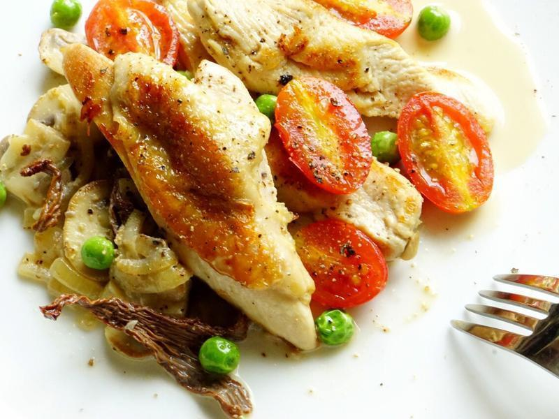 嫩煎雞胸佐奶油蘑菇