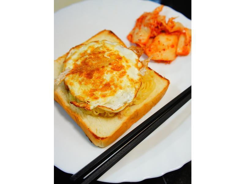『老丹』中韓式泡菜鮪魚拌麵蓋吐司