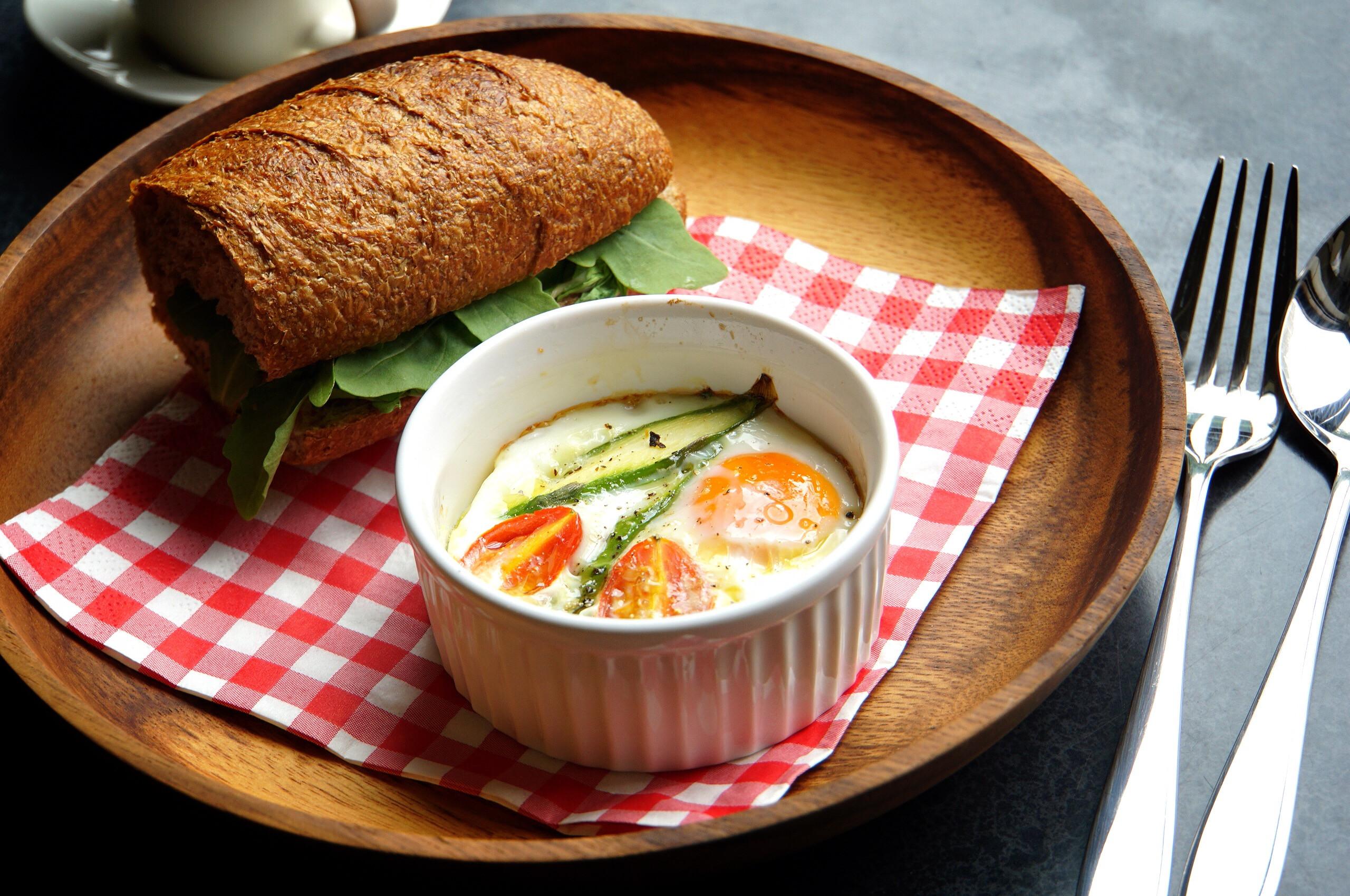 番茄蘆筍烤蛋佐芝麻葉起司麵包