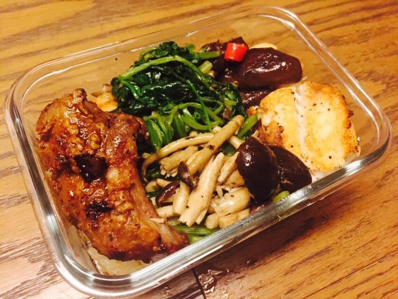 【愛妻便當】咖哩塩麴豬、奶油雕魚、烤菇
