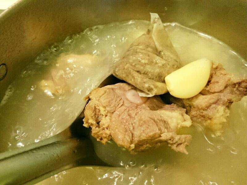 松香豬腩排肉骨茶