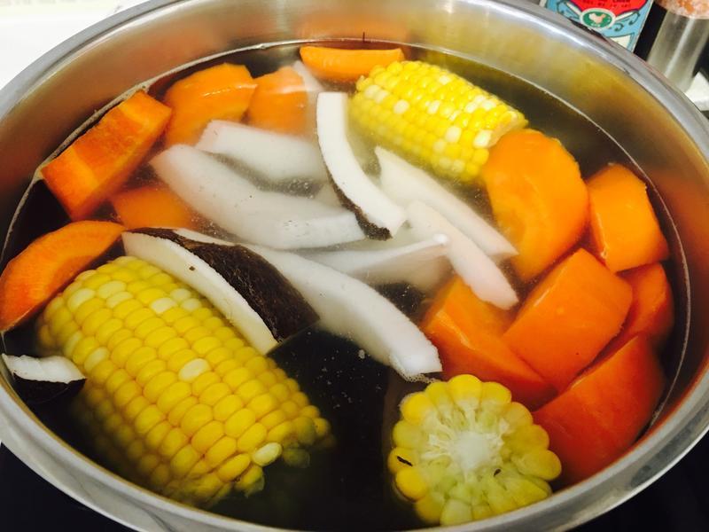椰子玉米蘿蔔豬展湯