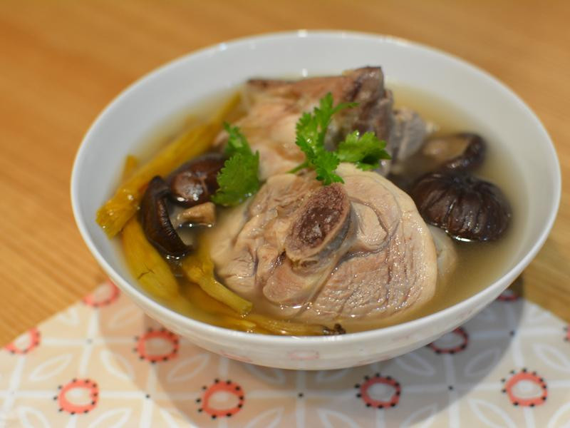 金針香菇雞湯。冬日必備湯品!
