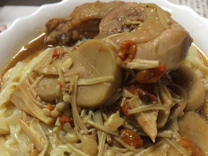 枸杞菇菇雞腿麵