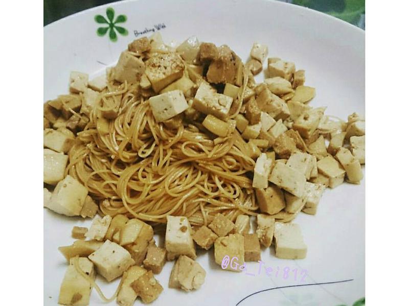 素食【平底鍋料理】No.4─拌炒雞絲麵。
