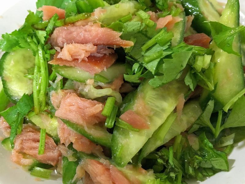 簡單開胃涼菜! 煙燻鮭魚黃瓜沙拉