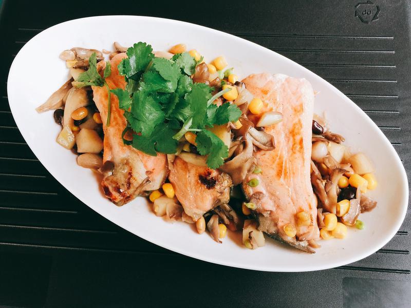 香煎鮭魚蔬炒柳松菇