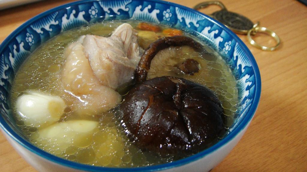 暖暖的 蒜頭香菇雞湯!