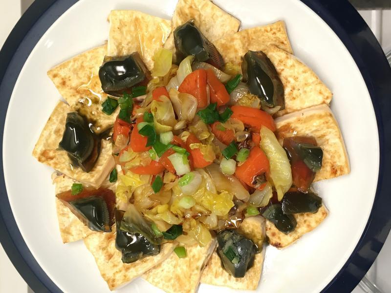 芝麻香甜菜拼皮蛋煎豆腐