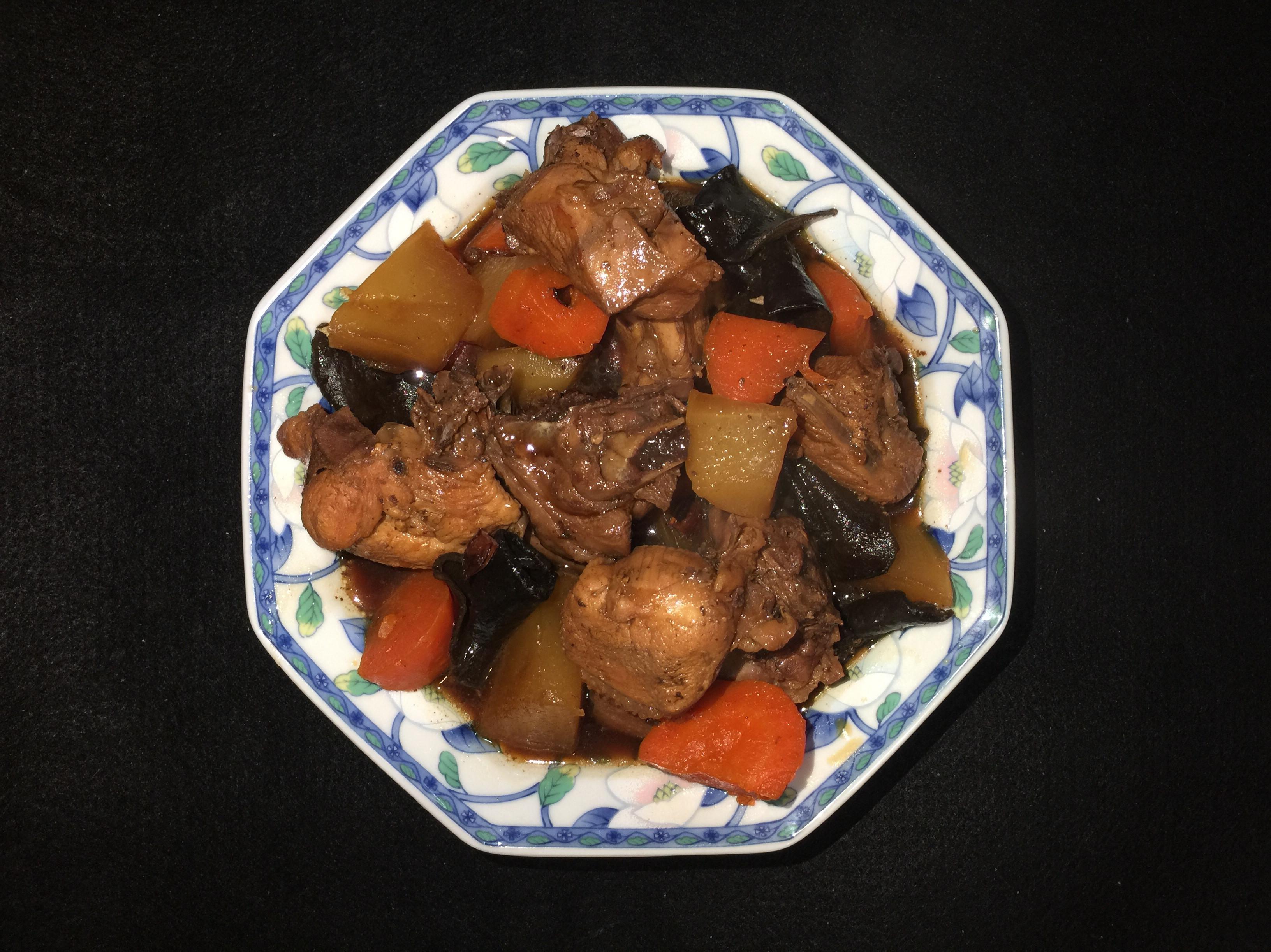 紅、白蘿蔔和白背黑木耳燉雞肉
