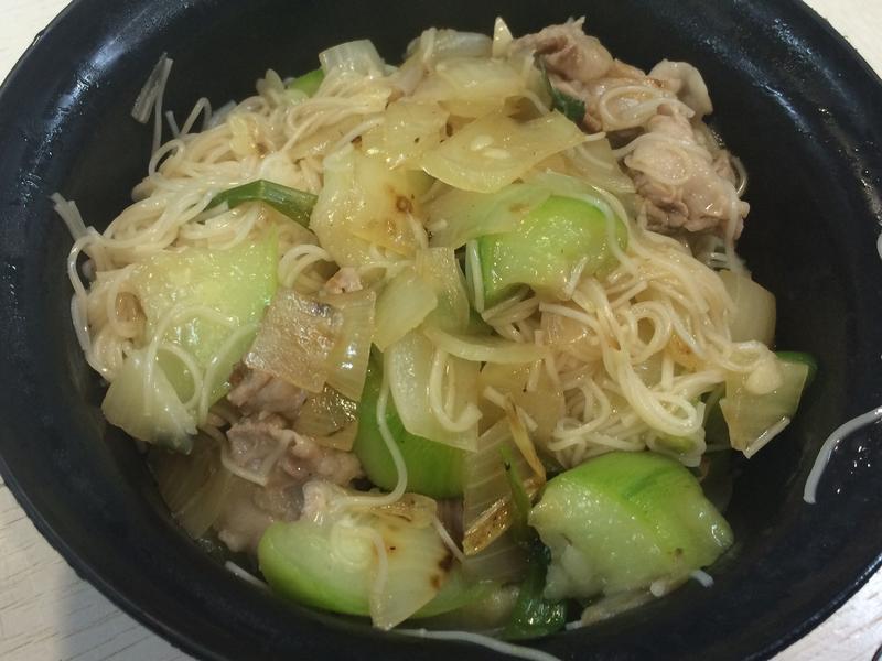 【小電鍋】豬五花炒麵線佐絲瓜洋蔥