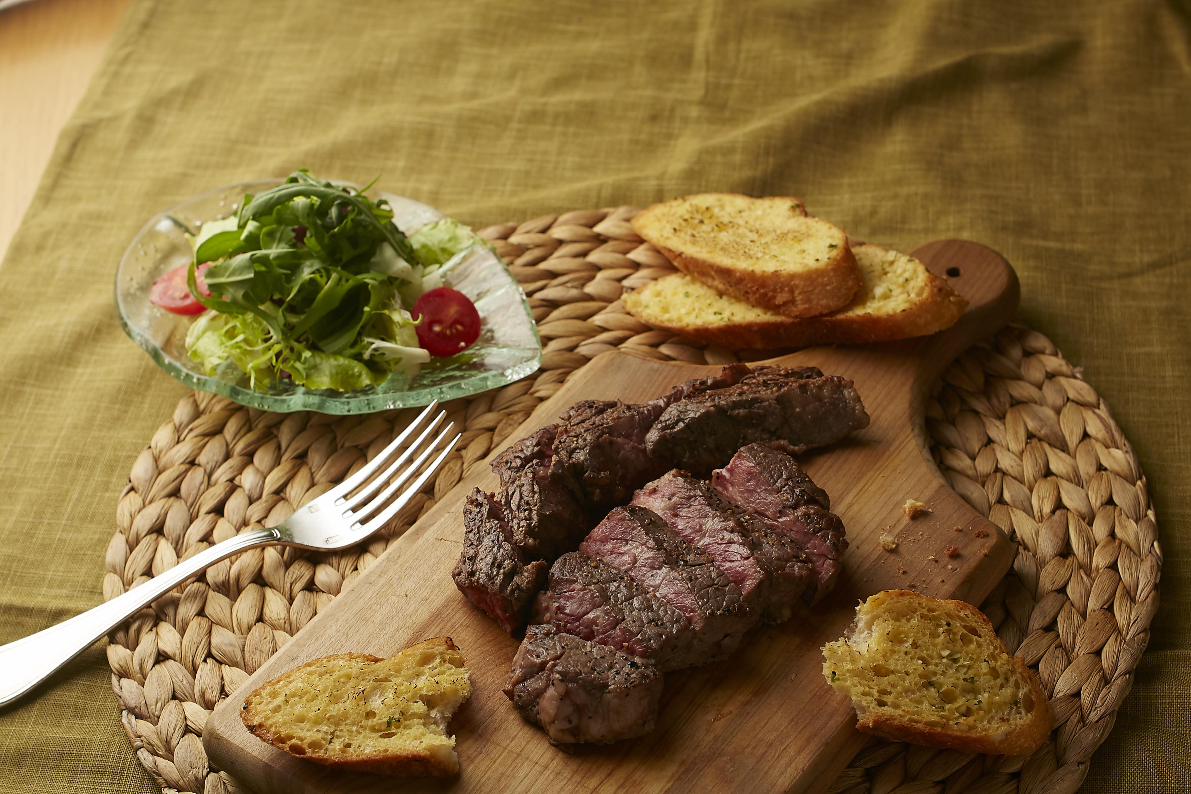 美式排餐(香煎牛排+大蒜麵包)