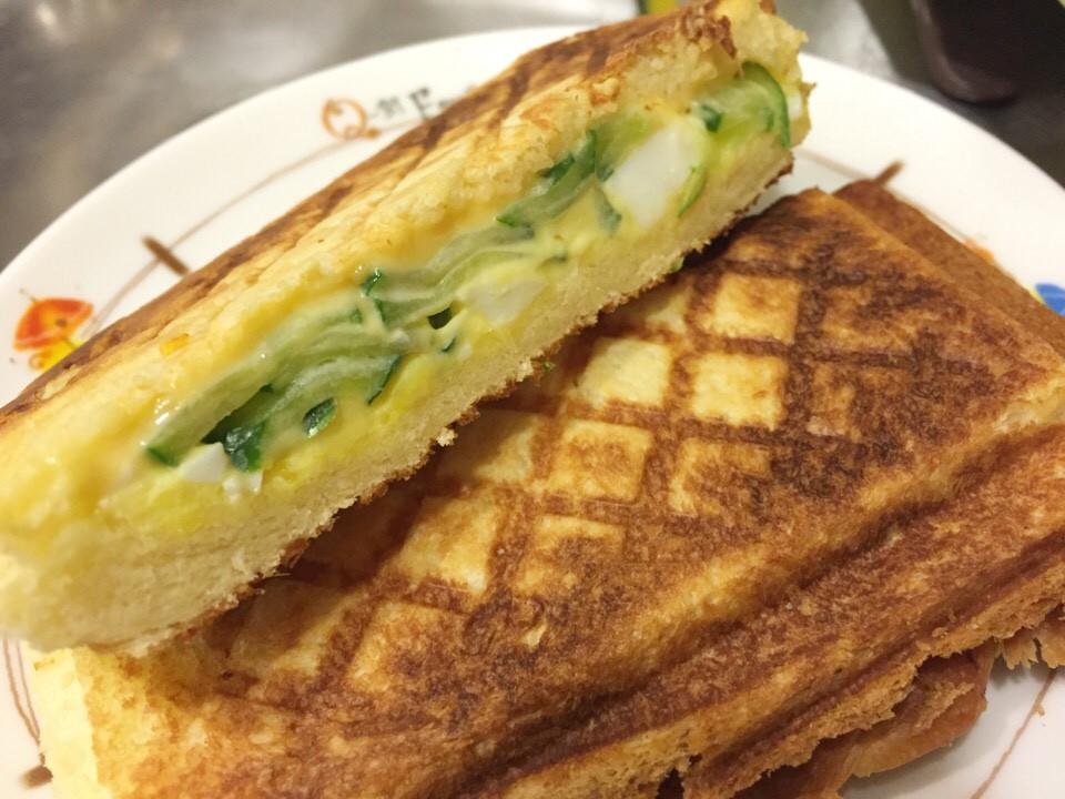 。起士雞蛋沙拉烤三明治。格子三明治機