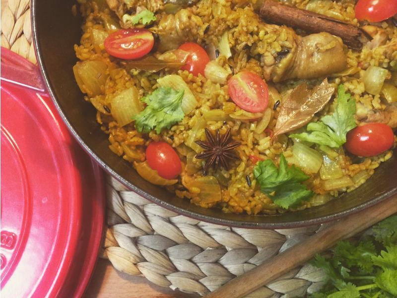 用鑄鐵鍋作薑黃香料雞肉飯
