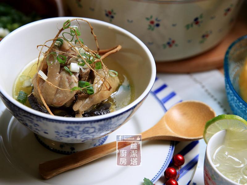 狗尾草燉雞湯。夏日降肝火湯品。