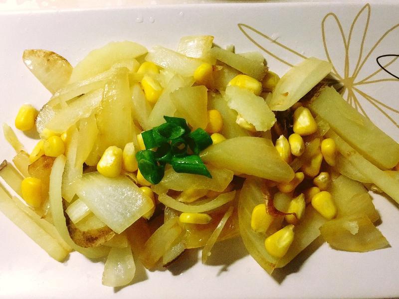 洋蔥玉米炒馬鈴薯。晚餐快煮
