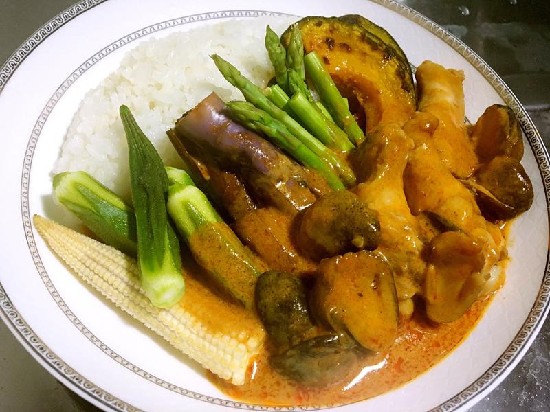 泰式蔬菜雞肉紅咖哩飯