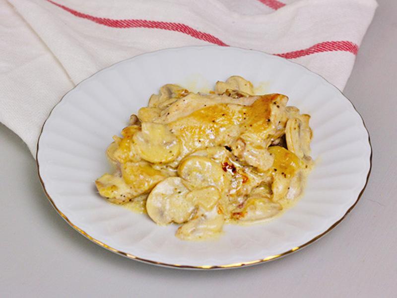 【香煎腿排佐奶油洋菇】淋上神好吃的蘑菇醬