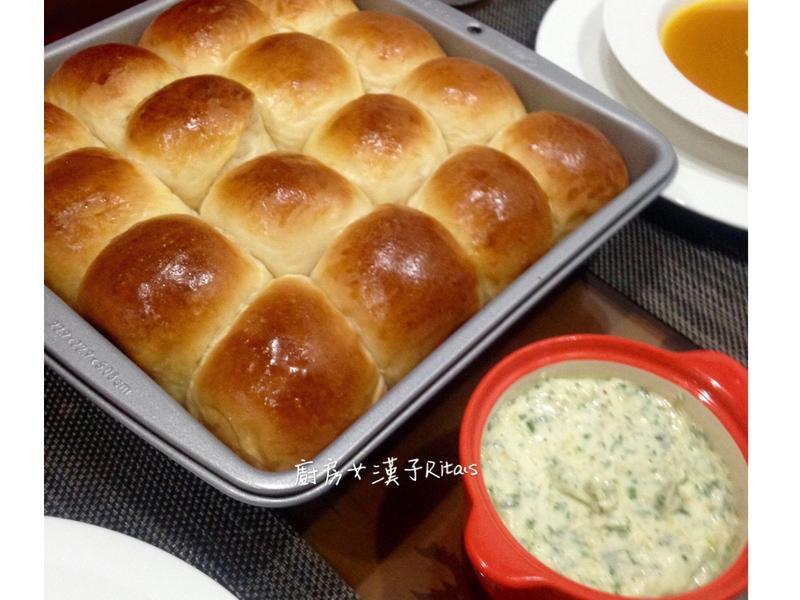 小餐包佐蒜香奶油抹醬