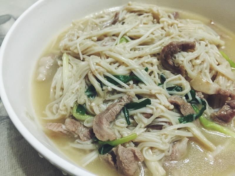媽媽的家常菜。奶油金針菇炒肉絲