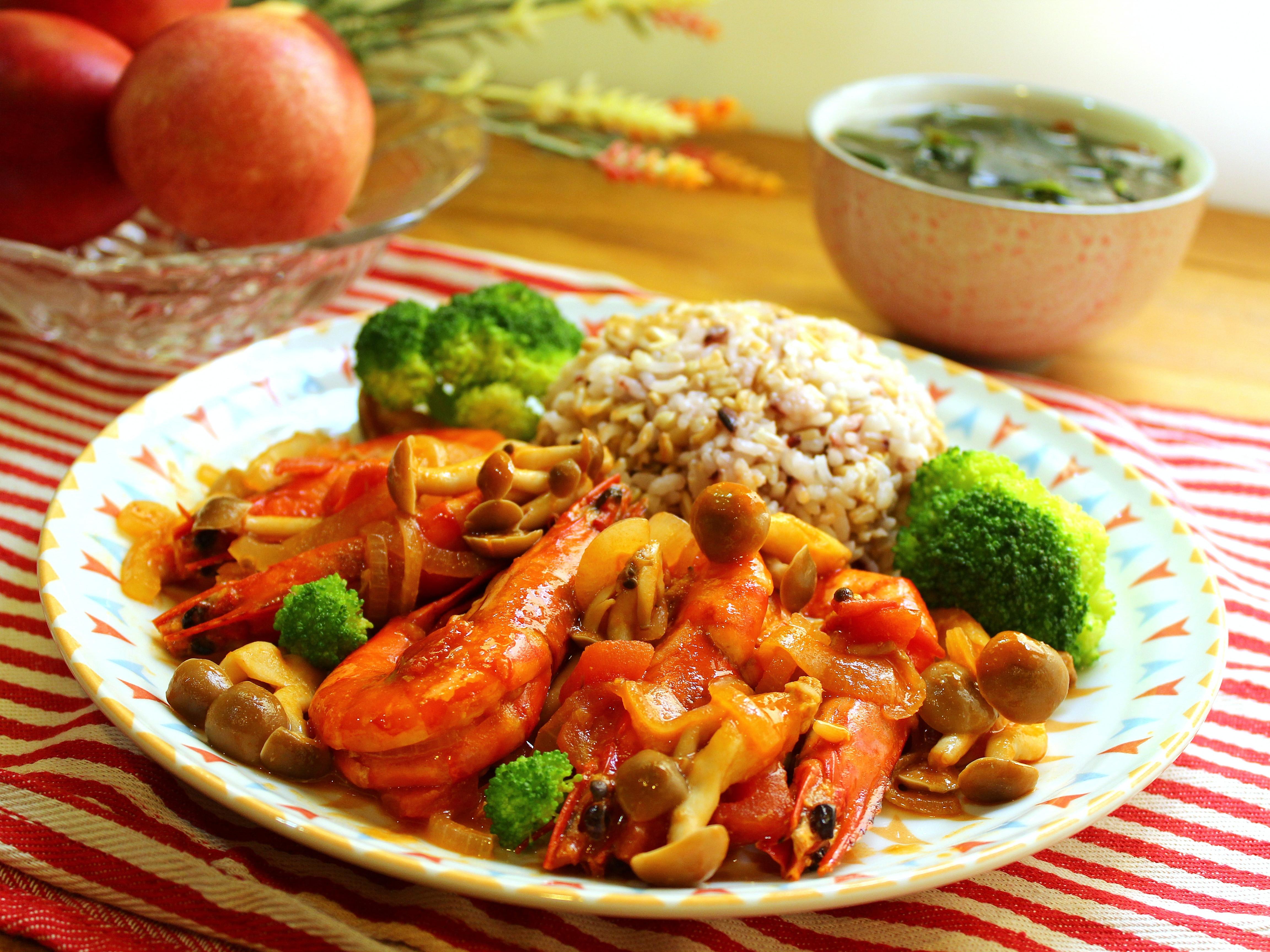 番茄醬蝦與五穀飯