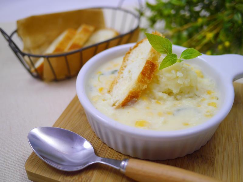 鼠尾草奶油玉米馬鈴薯濃湯佐法棍