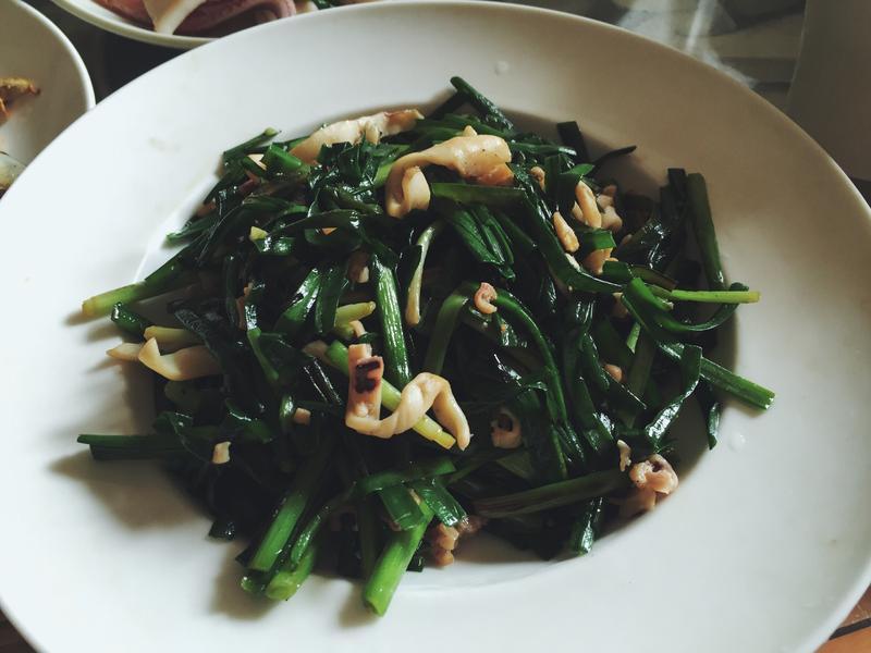 媽媽的家常菜。韭菜炒魷魚乾