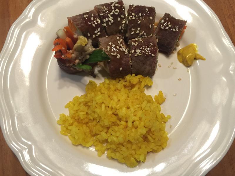 牛肉時蔬捲佐薑黃飯