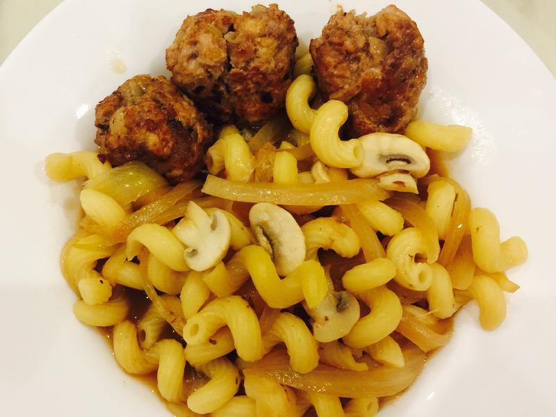 多汁肉丸與蘑菇洋蔥湯燴通心粉