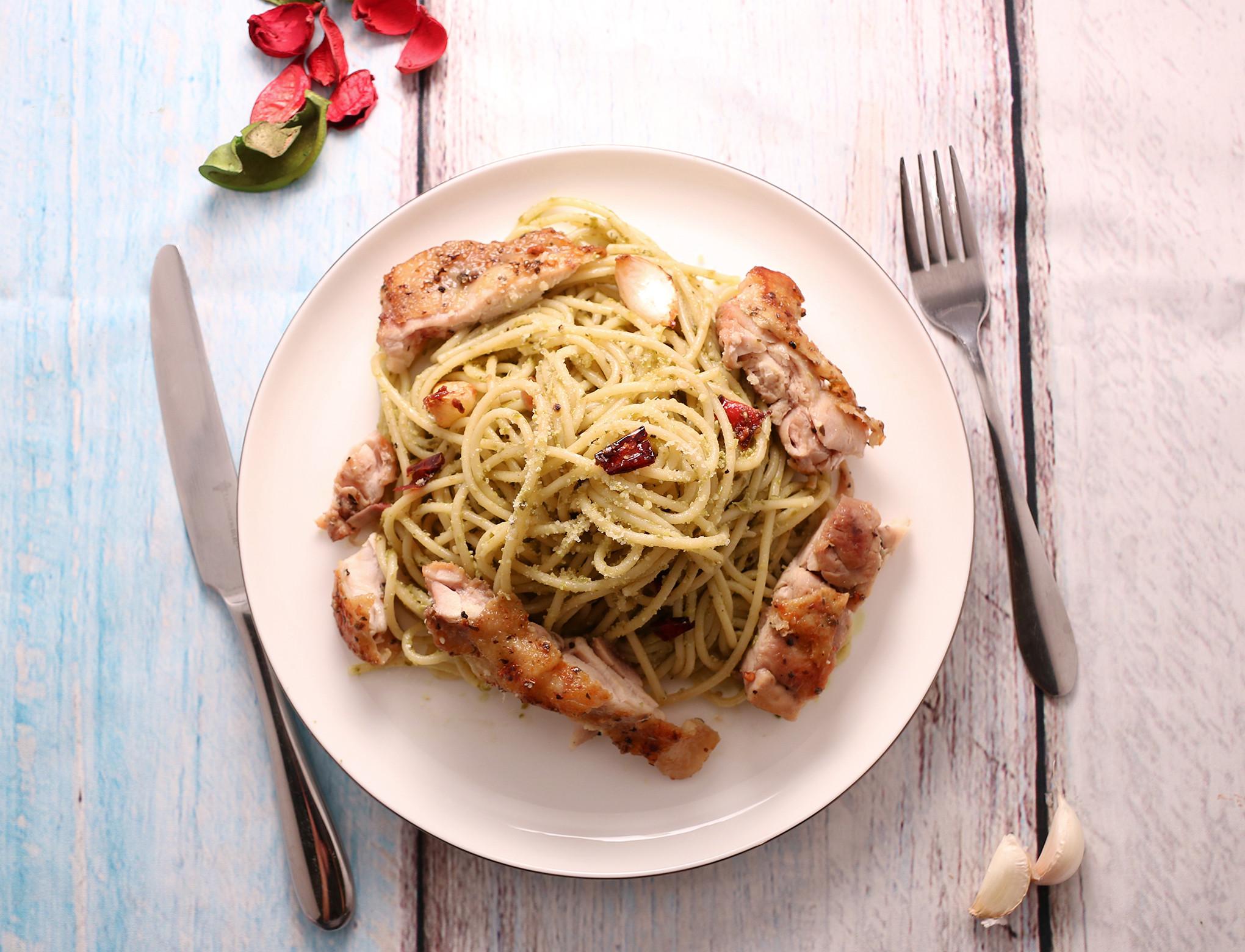 青醬義大利麵與義式香料雞腿排