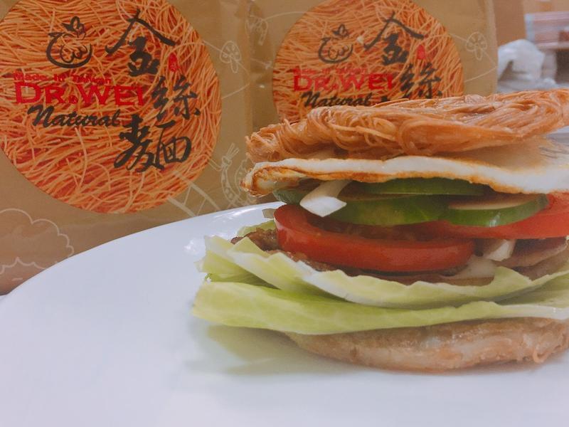 創意金絲麵餅烤肉堡
