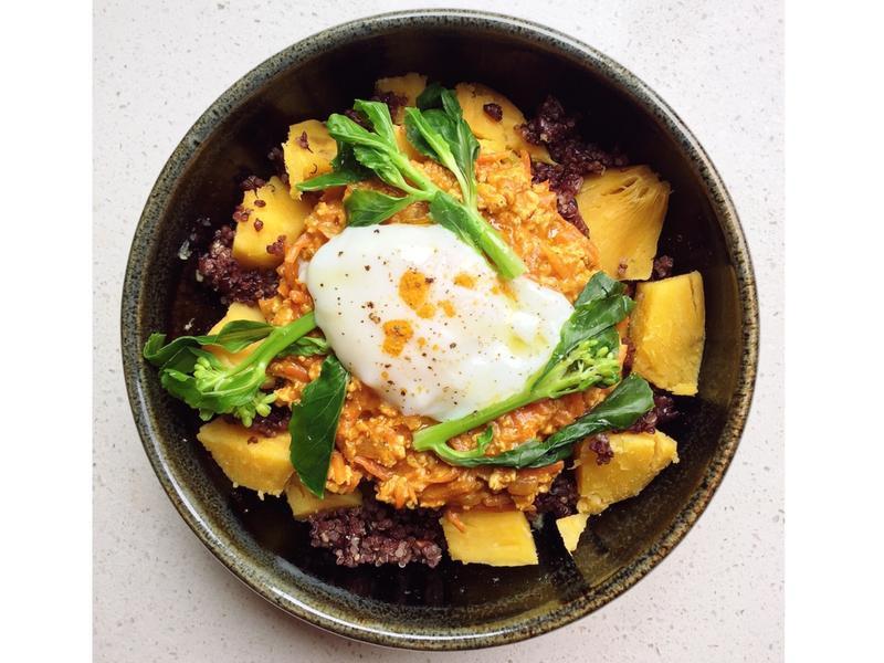 胡蘿蔔雞肉咖哩佐溫泉蛋