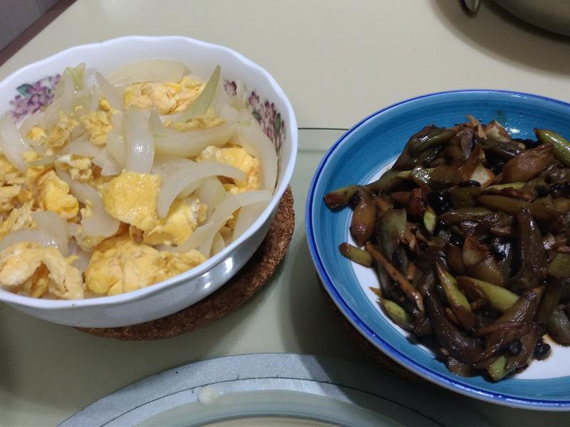 客家餐桌:豆豉炒芋梗&洋蔥炒蛋