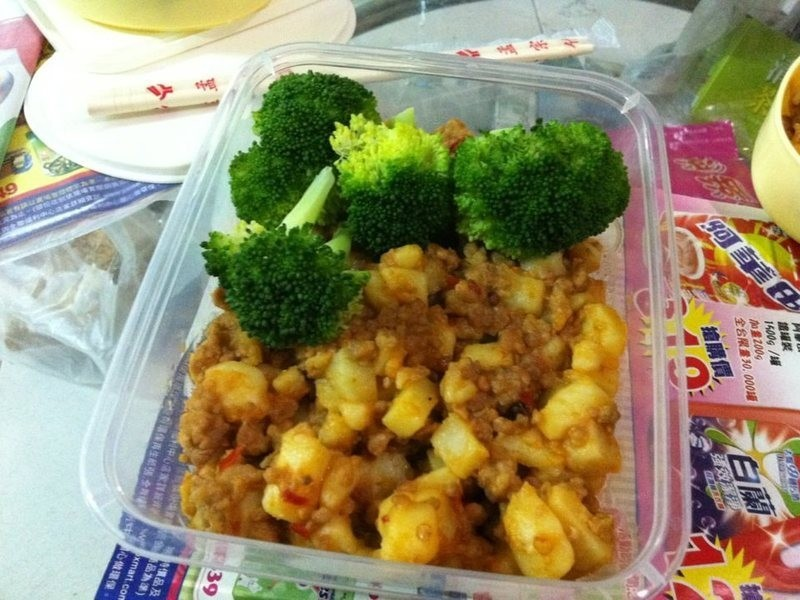 超簡單愛心便當-麻婆馬鈴薯+花椰菜