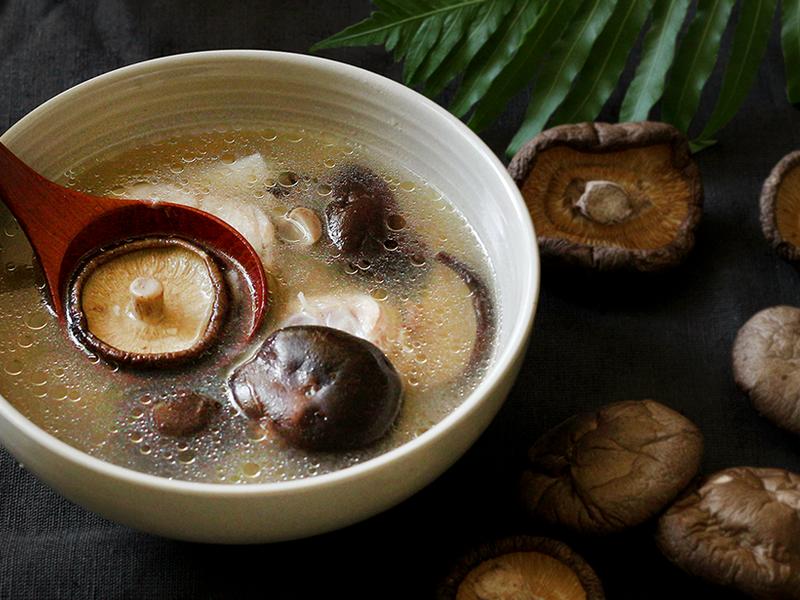 【香菇蒜頭雞湯】營養美味簡單又速成喔!