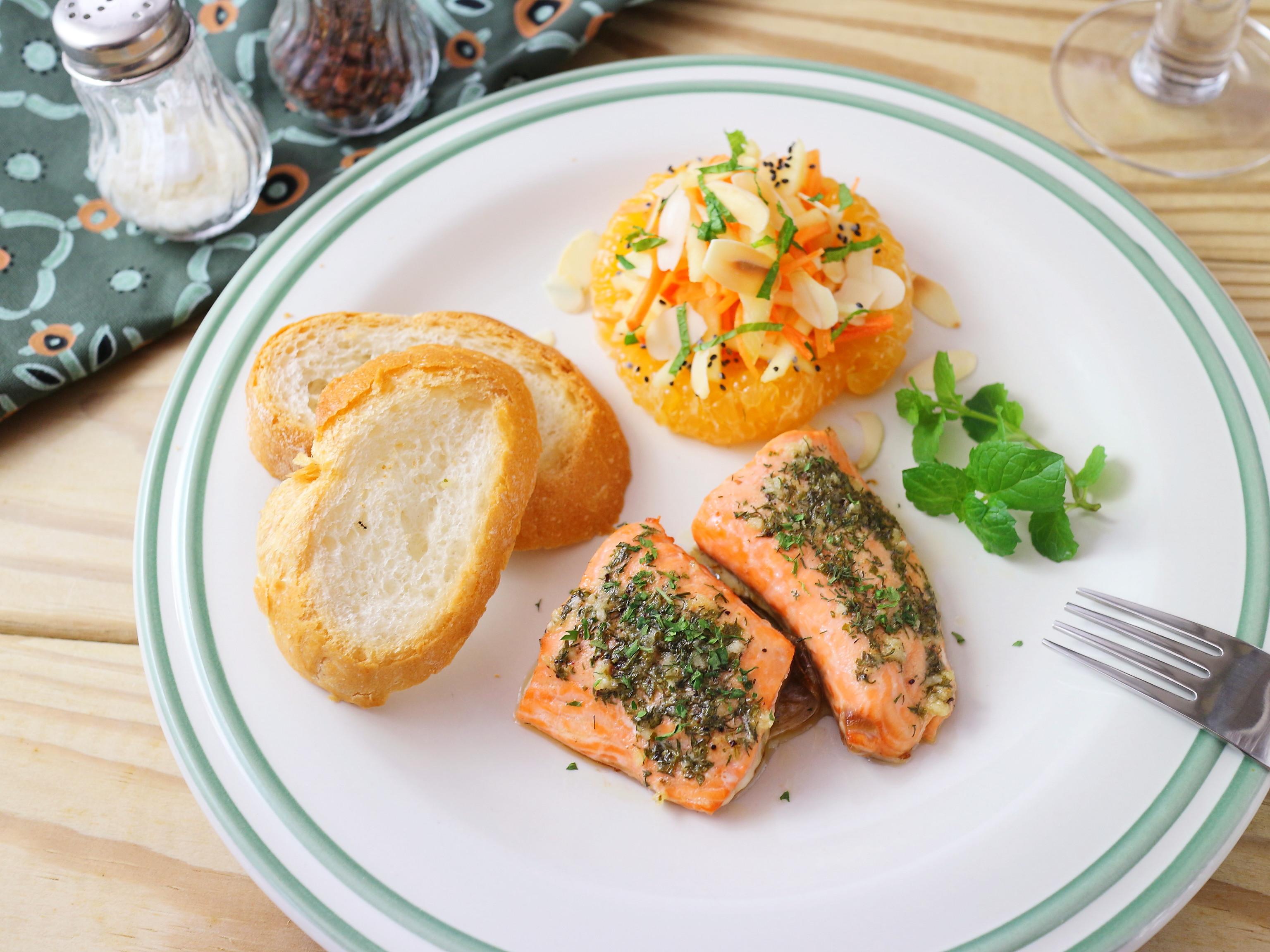 檸香蒔蘿烤鮭魚佐法國麵包+暖心水果沙拉