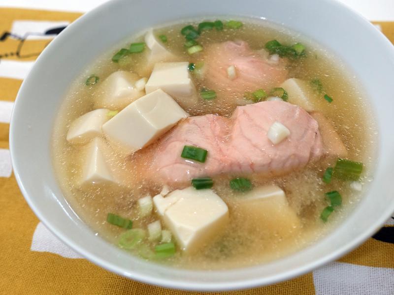 鮭魚豆腐味噌湯。快速煮好湯!
