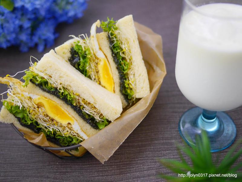 黑芝麻堅果蔬菜土司&香蕉牛奶