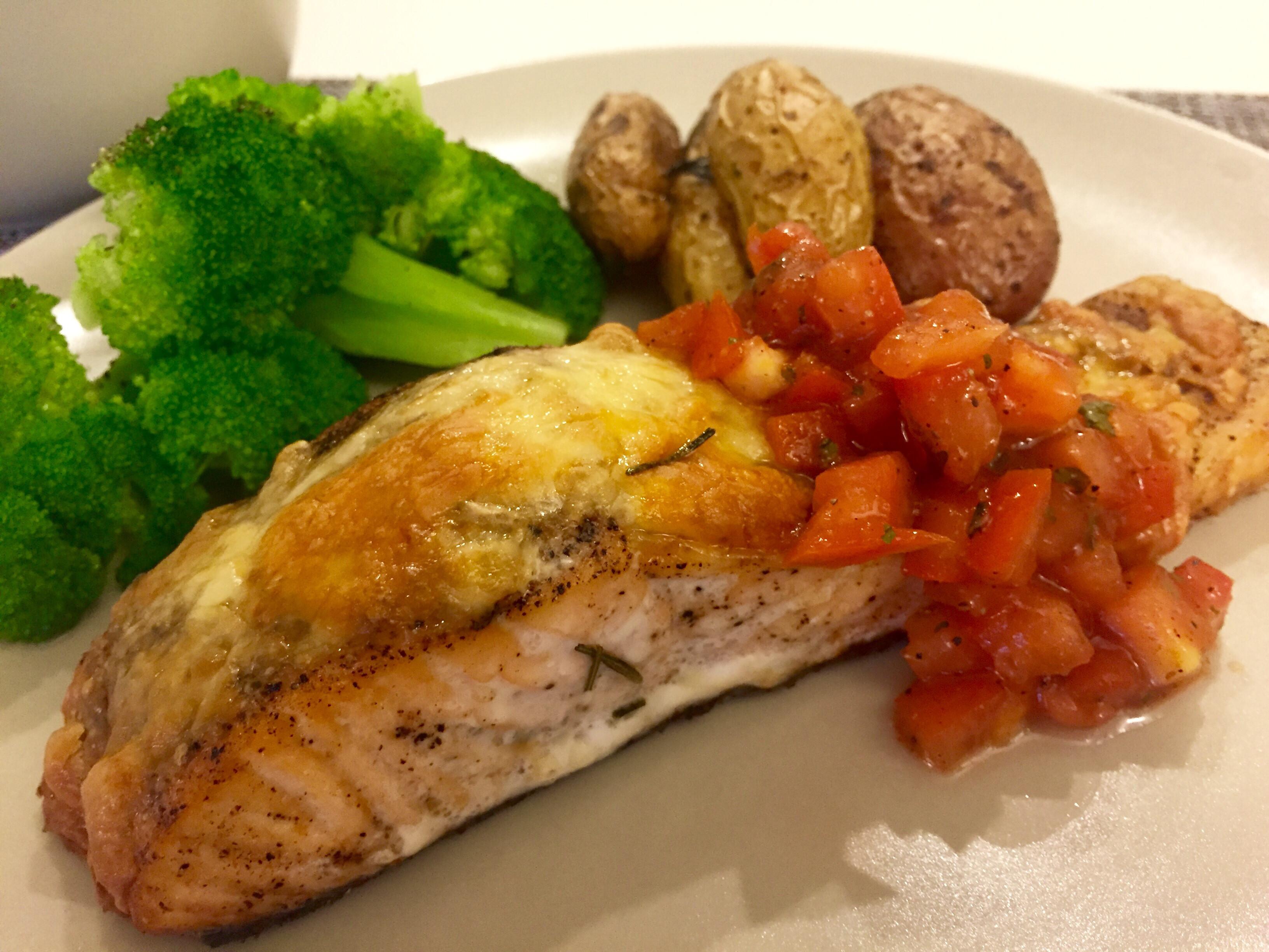 焗烤鮭魚佐番茄《烤箱料理》