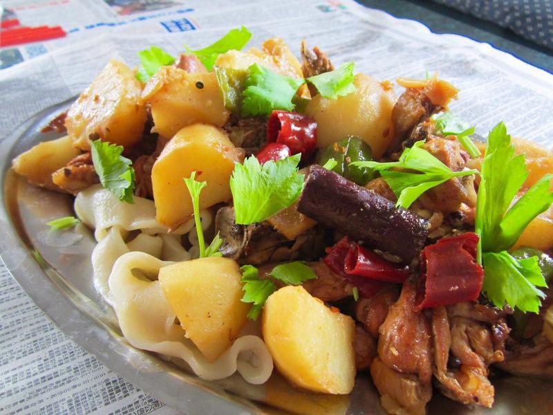 新疆大盤雞配手拉二節子麵