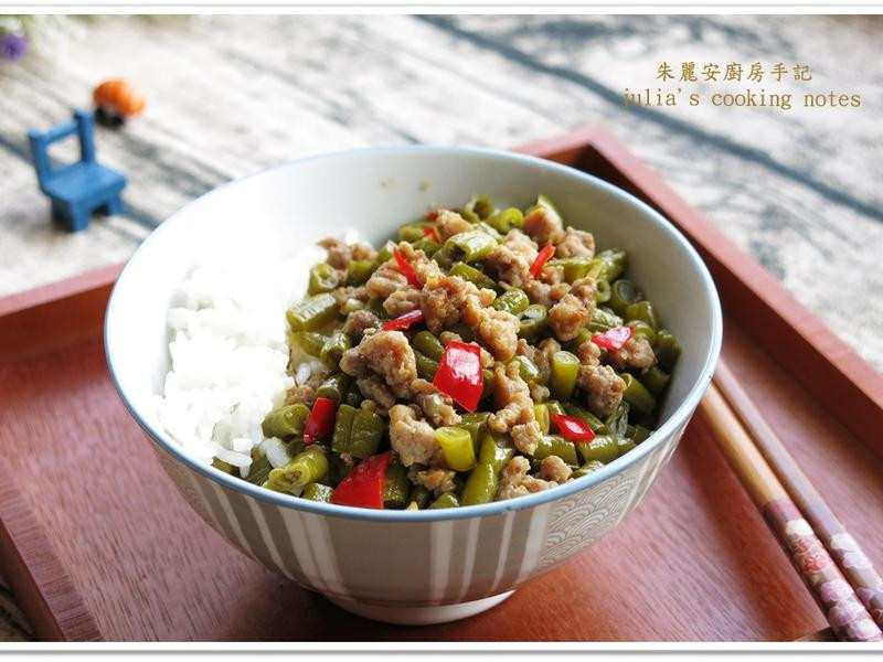 [酸豇豆肉燥蓋飯]鹹辣味重家常菜