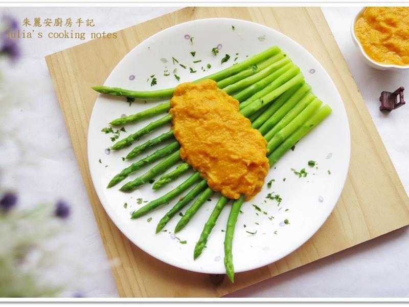 [綠蘆筍佐胡蘿蔔味噌沙拉醬]簡易家常菜