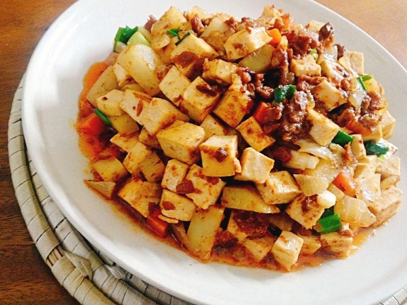 醬燒薯丁豆干一超簡單,一鍋完成
