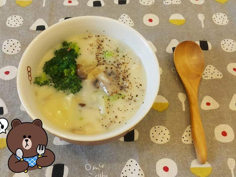 蔬菜很多的奶油菇菇濃湯