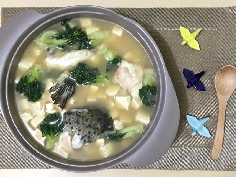 豆腐白菜滾三文魚頭湯