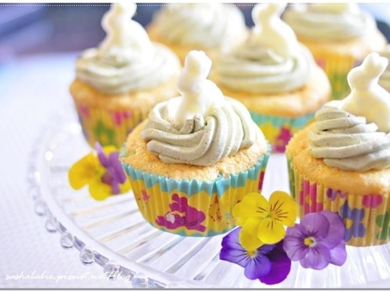 復活節慶祝。小兔子成群結隊之胡蘿蔔戚風杯子蛋糕