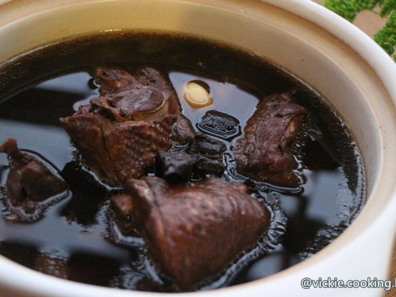 《老菜脯雞湯》黑嚕嚕的暖胃暖心湯。