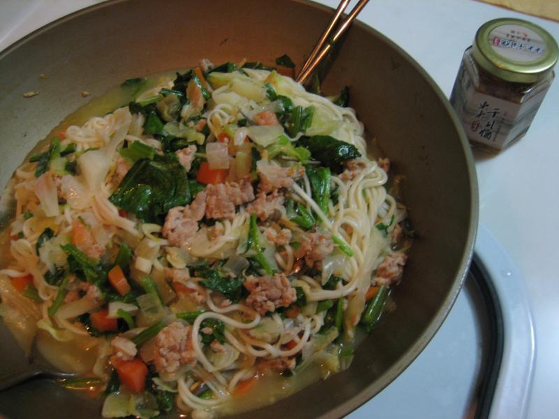 小魚蝦米洋蔥紅蘿蔔絞肉高麗菜菠菜大鍋麵