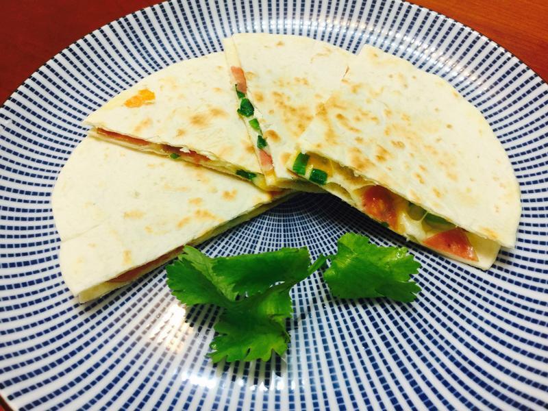 小孩最愛:墨西哥薄餅夾沙拉米起司蔥