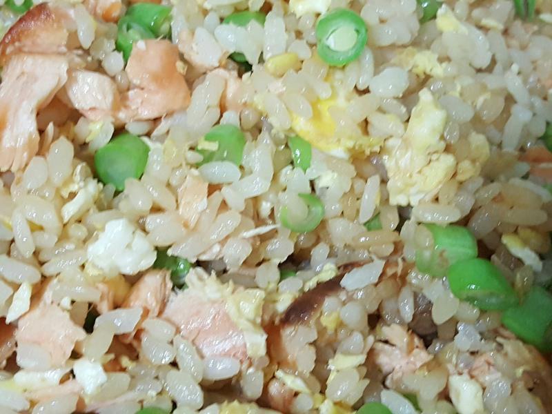 鮭魚四季豆炒飯~有什麼加什麼料理!